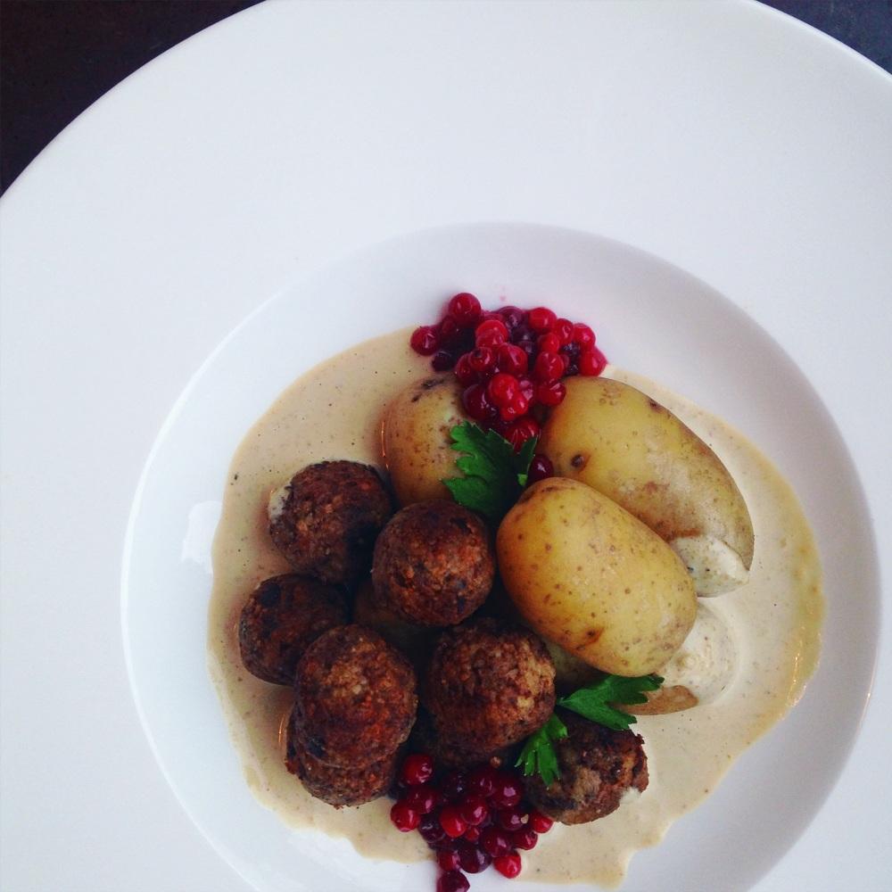 vegetariska köttbullar med Karl-Johansvamp eller kantareller, ost och mandel med gräddsås och kokt potatis