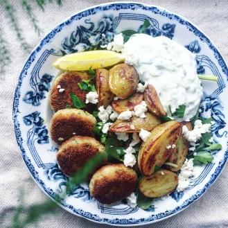 vegetariska zucchinibiffar med fetaost, citron, rostad potatis och tzatziki