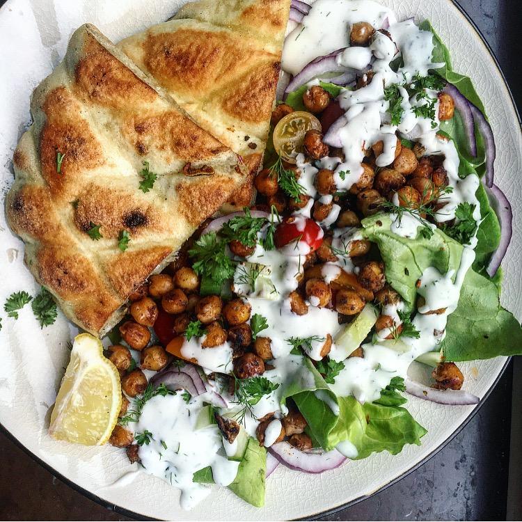 Kikärtsgyros med vegansk dillmajonnäs, pitabröd och krispigt grönt