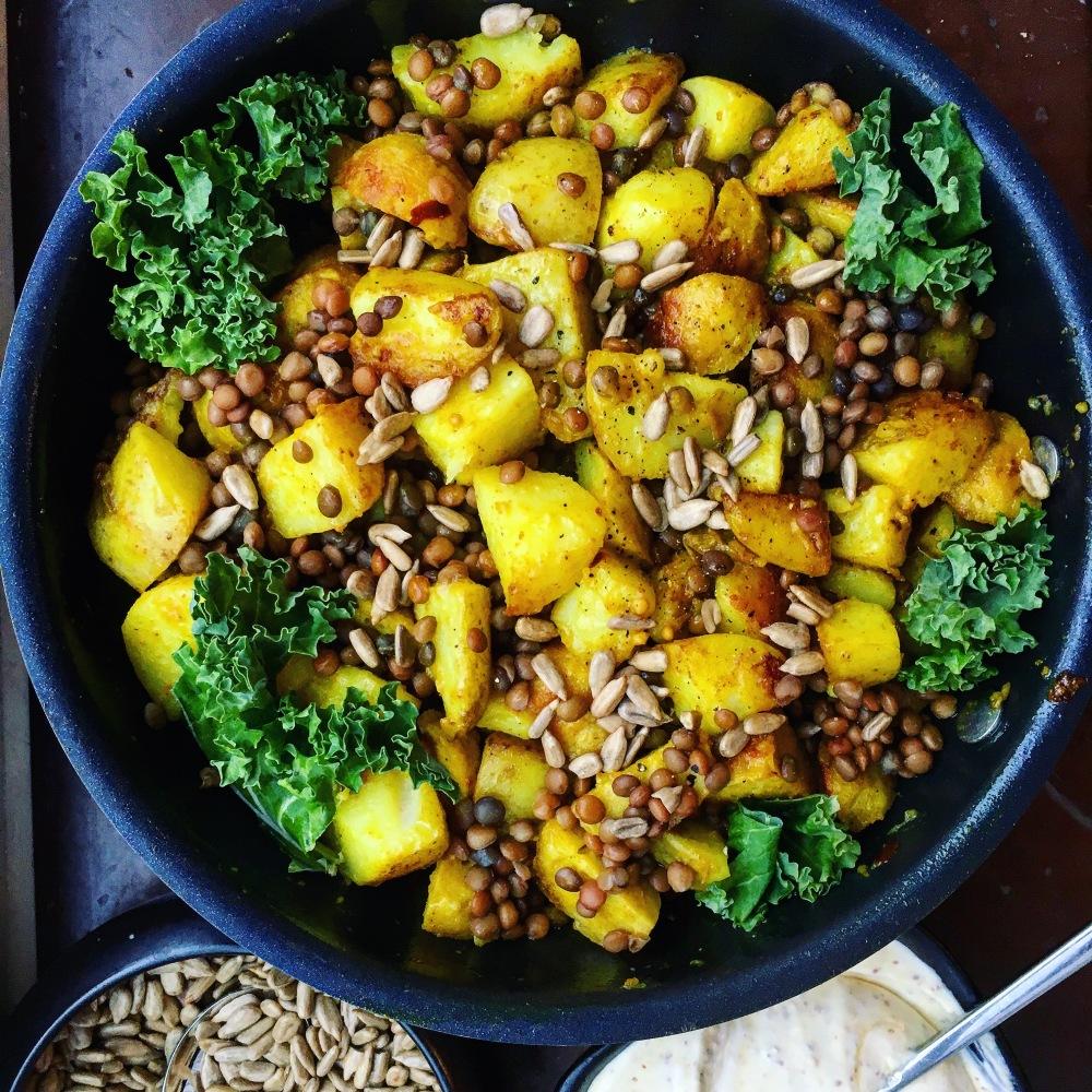 indisk garam masala potatis med gröna linser, grönkål och rostade solroskärnor