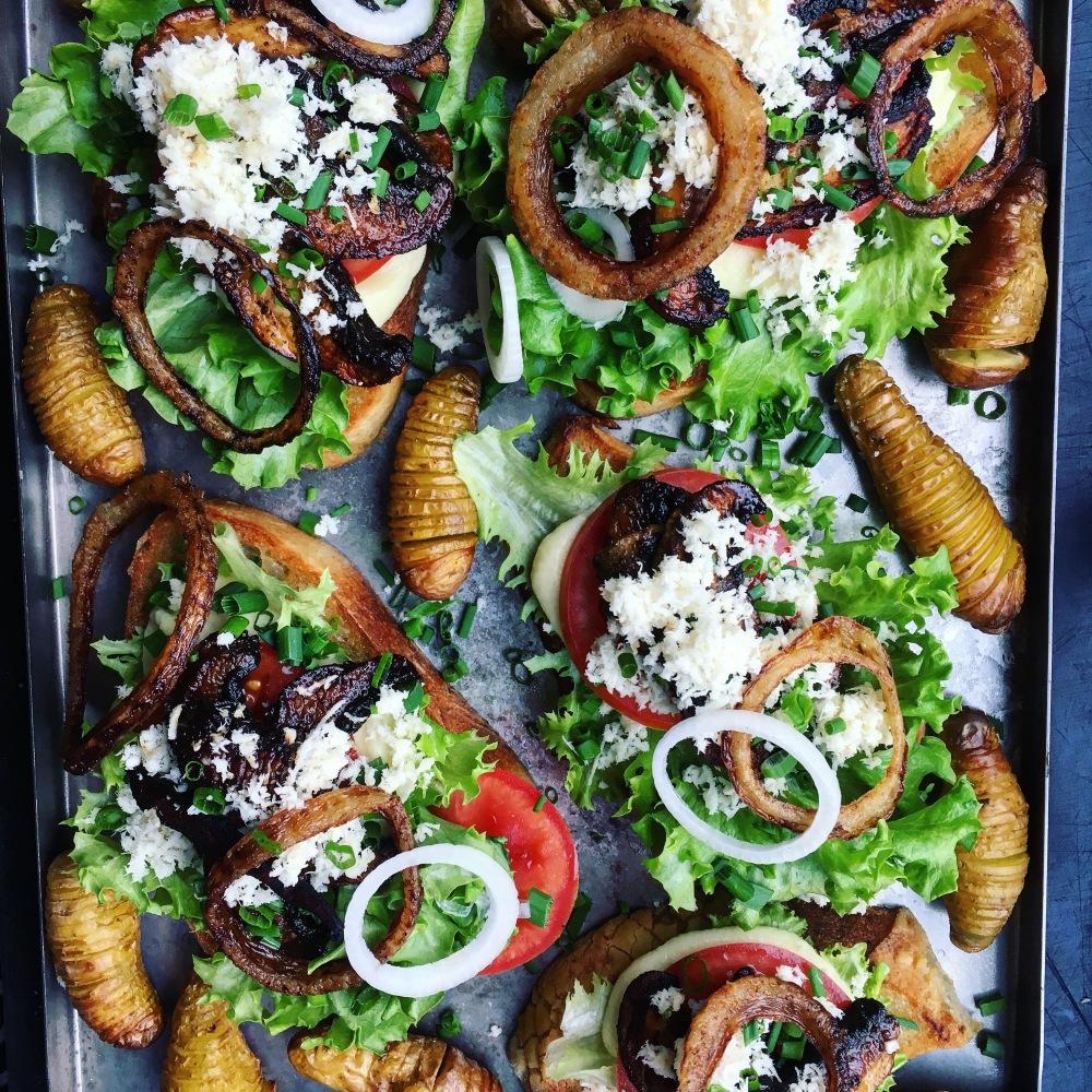 vegansk bookmaker toast med lökringar, marinerad portobello och dijonnaise
