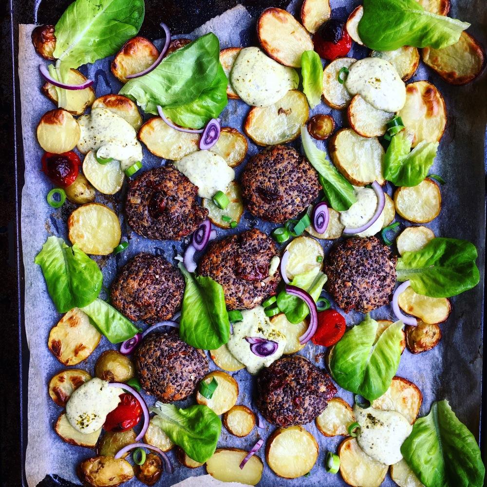 vegetariskagrekiska quinobiffar med fetaost och soltorkad tomat, rostad potatis och pestokräm