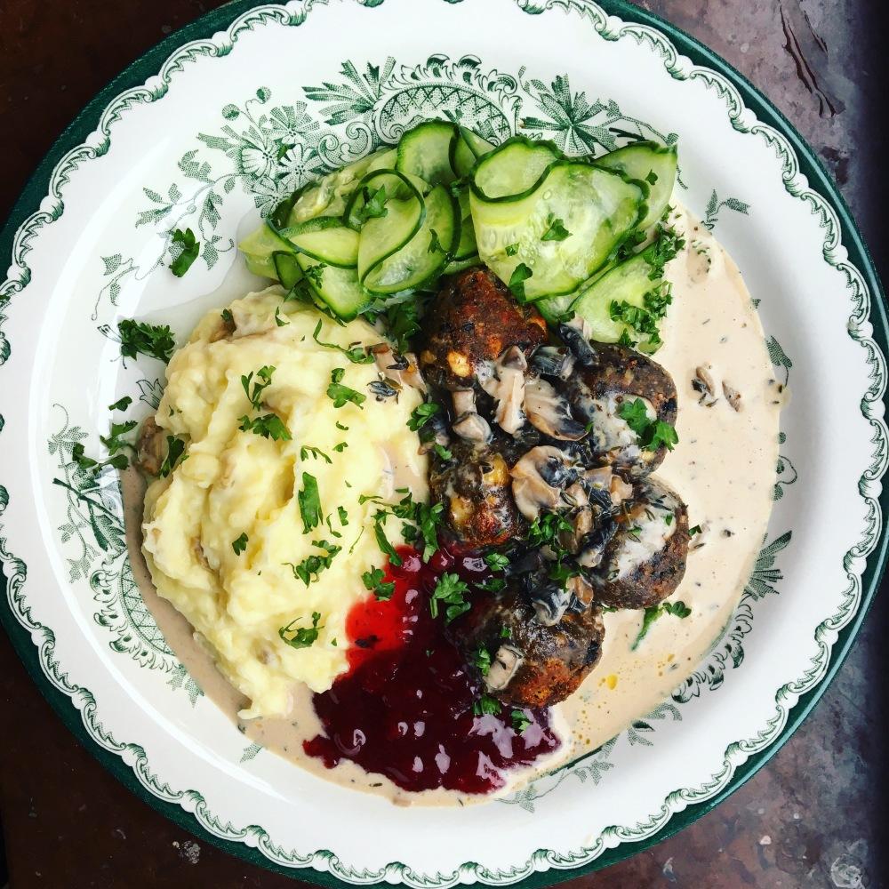 vegetariska köttbullar med svarta bönor, potatismos, pressgurka, lingon och svampsås