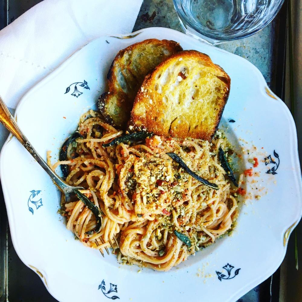Pasta med 3 veganska grejer att toppa pastan med istället för parmesan; fröparmesan, stekt brödsmul och friterad kapris