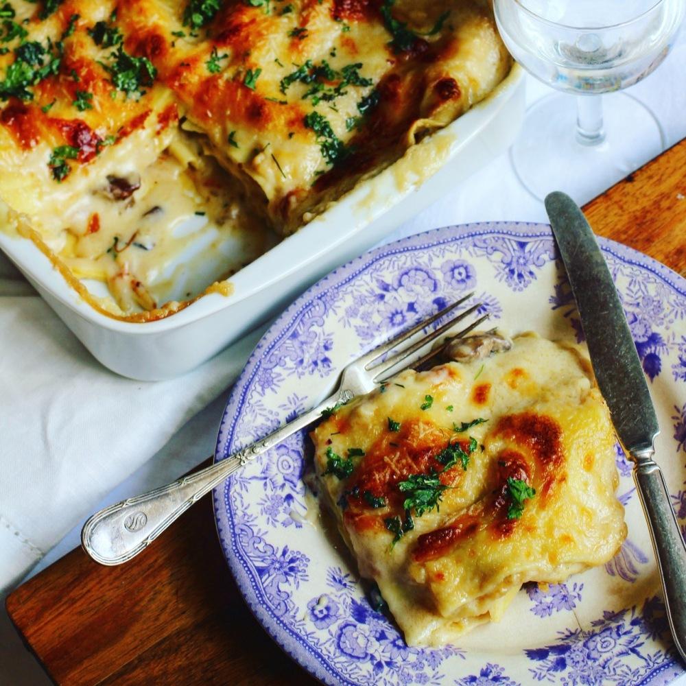 vegetarisk lasagne med kantareller, pecorino, mozzarella och tryffelolja