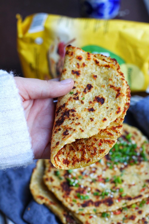glutenfritt tortillabröd med gräslök och sesamfrön