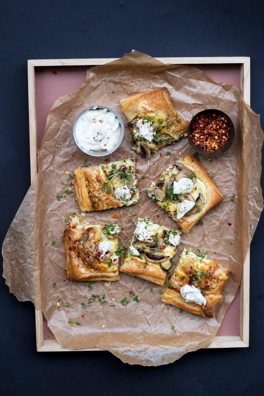 smördegspizza med mascarpone, prästost, svamp och tryffelkräm