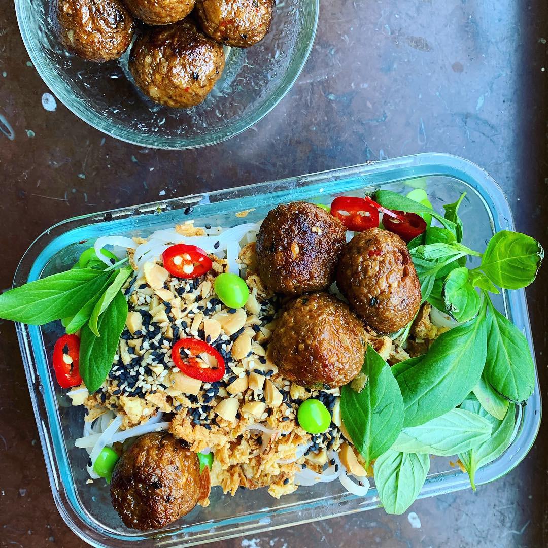 vegansk matlåda asiatiska färsbollar med ingefära, thaibasilika och chili