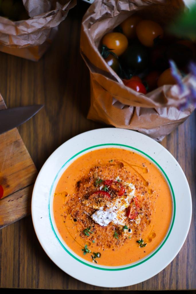 Färsk vegansk tomatsoppa med burrata, citronolja och timjan
